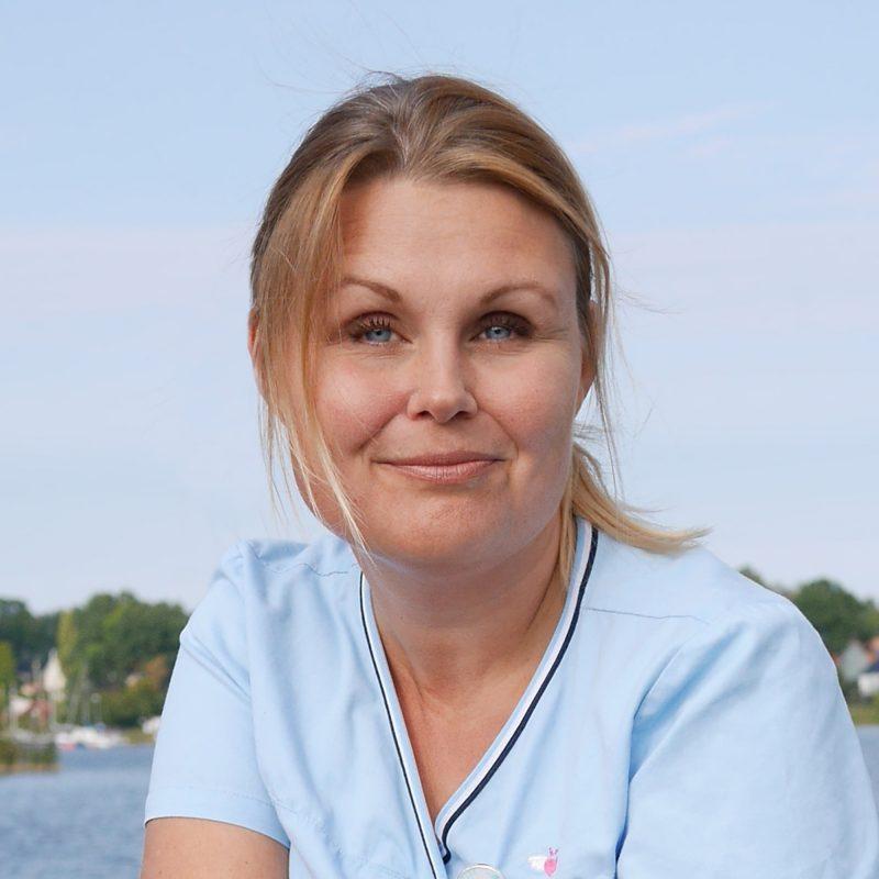 Kvinna i blå tshirt
